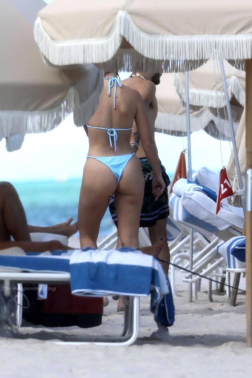 Stefania Roitman on Beach 25